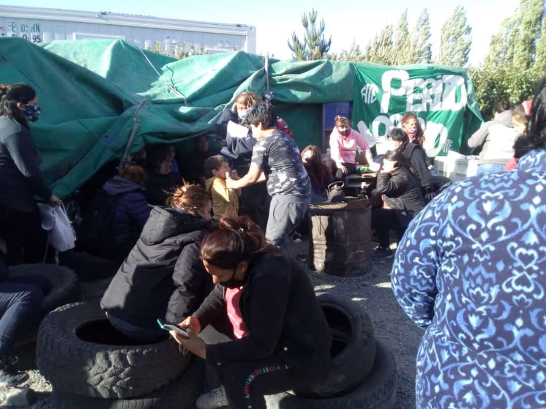 Acampe en Perito Moreno: los que están en negro a contrato y los Contratos a Planta Permanente