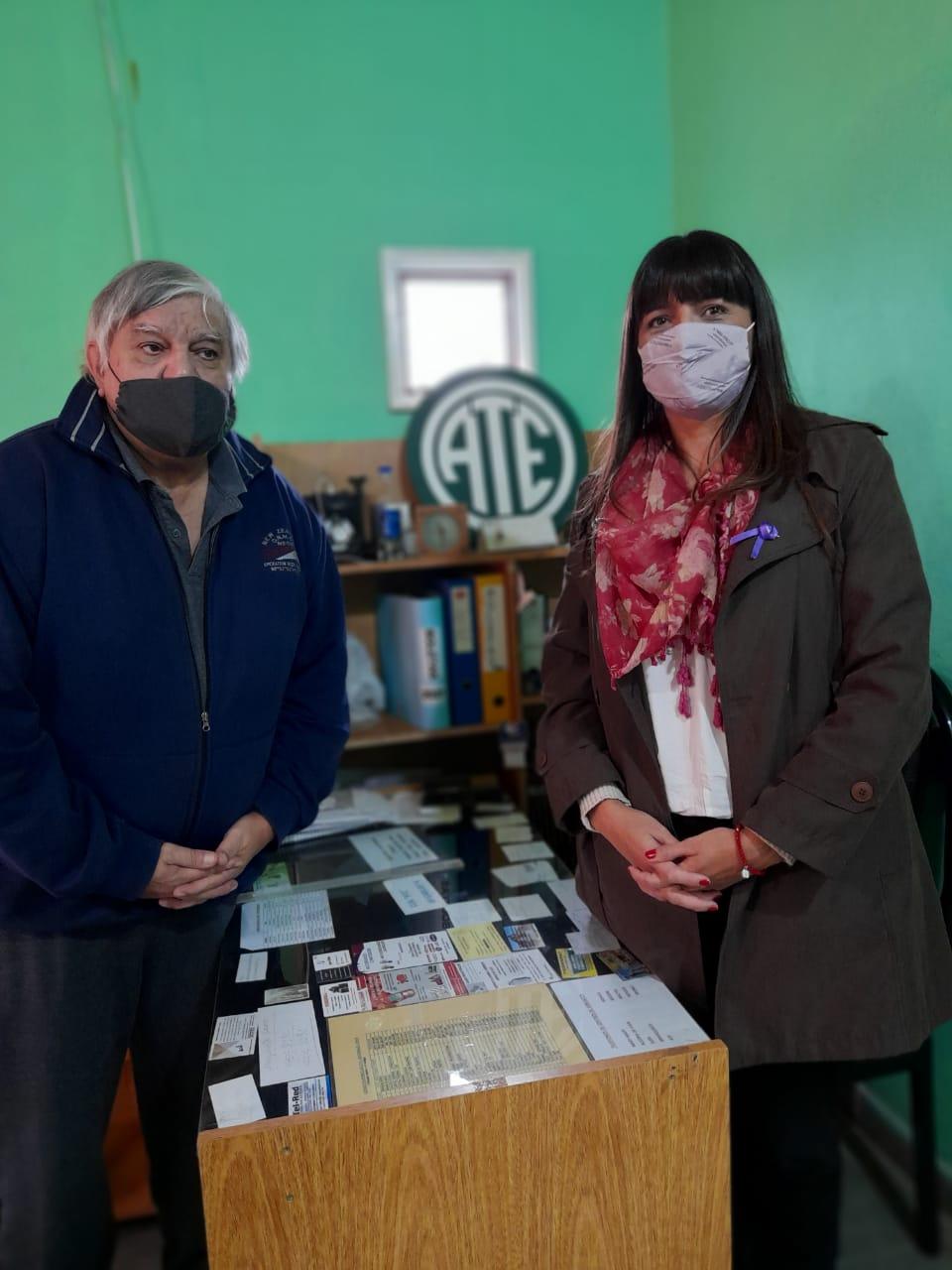 Delegada de la Caja de Previsión Social junto al Presidente del Centro de Jubilados de ATE