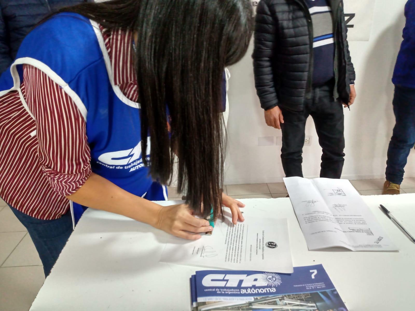 Olga Reinoso firma convenio para formar a mujeres choferes